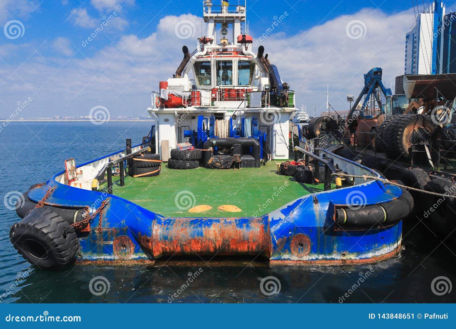 O barco de OSV, suporte a pouca distância do mar da embarcação da fonte amarrou
