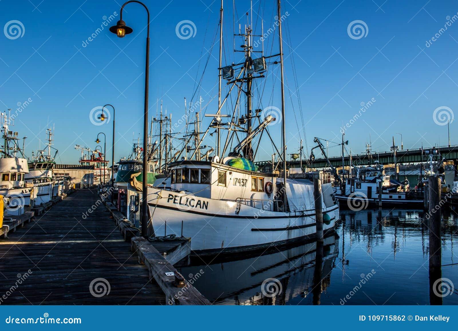 O barco de pesca comercial entrou no terminal do ` s do pescador em Seattle Washington