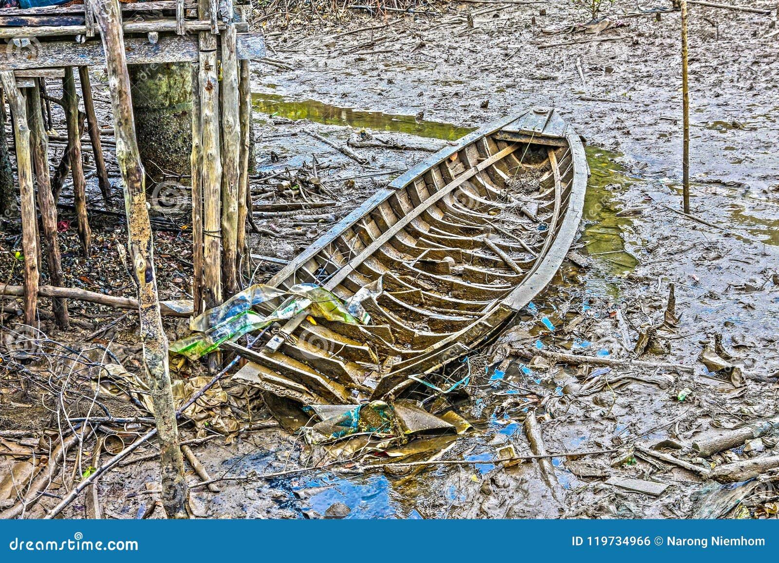 O barco de pesca quebrado na lama