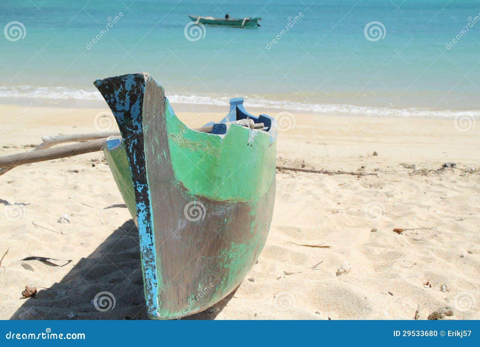 O barco dos pescadores em uma praia branca
