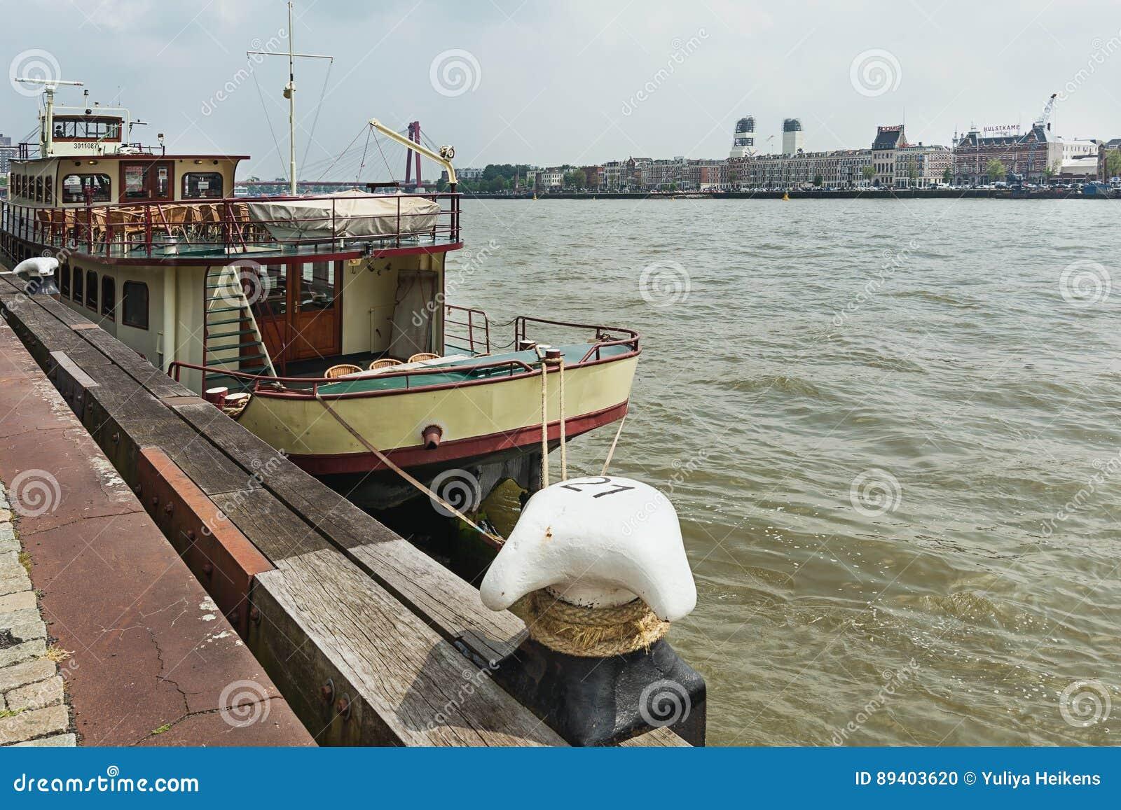 O barco para partidos entrou ao longo dos bancos do Nieuwe Mosa irive