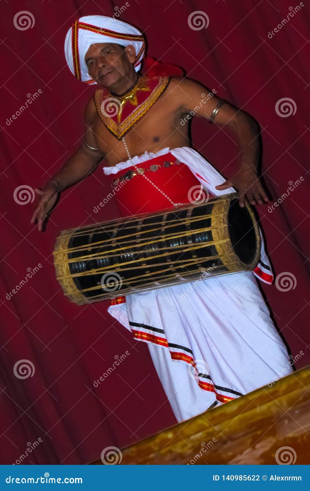 O baterista que executa na frente dos turistas, Kandy, Sri Lanka