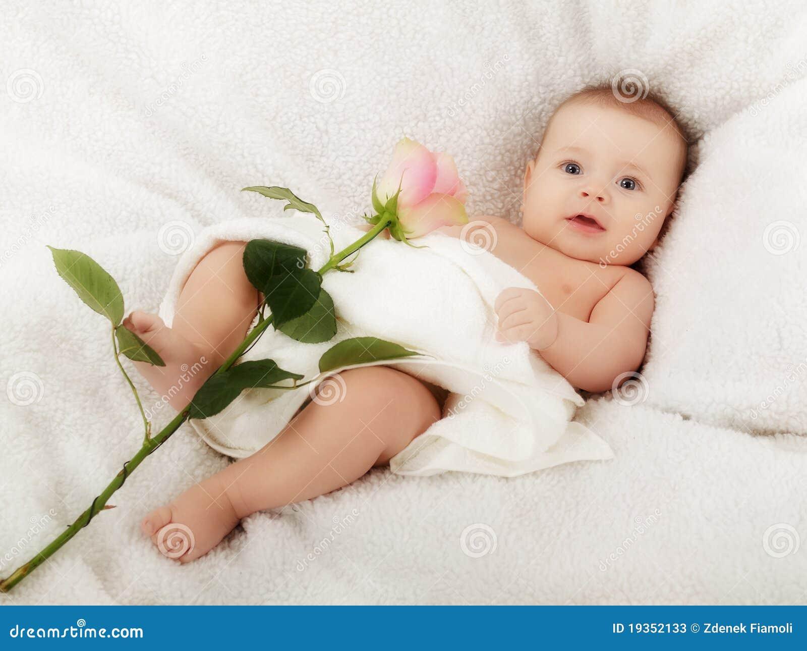 O bebê com levantou-se