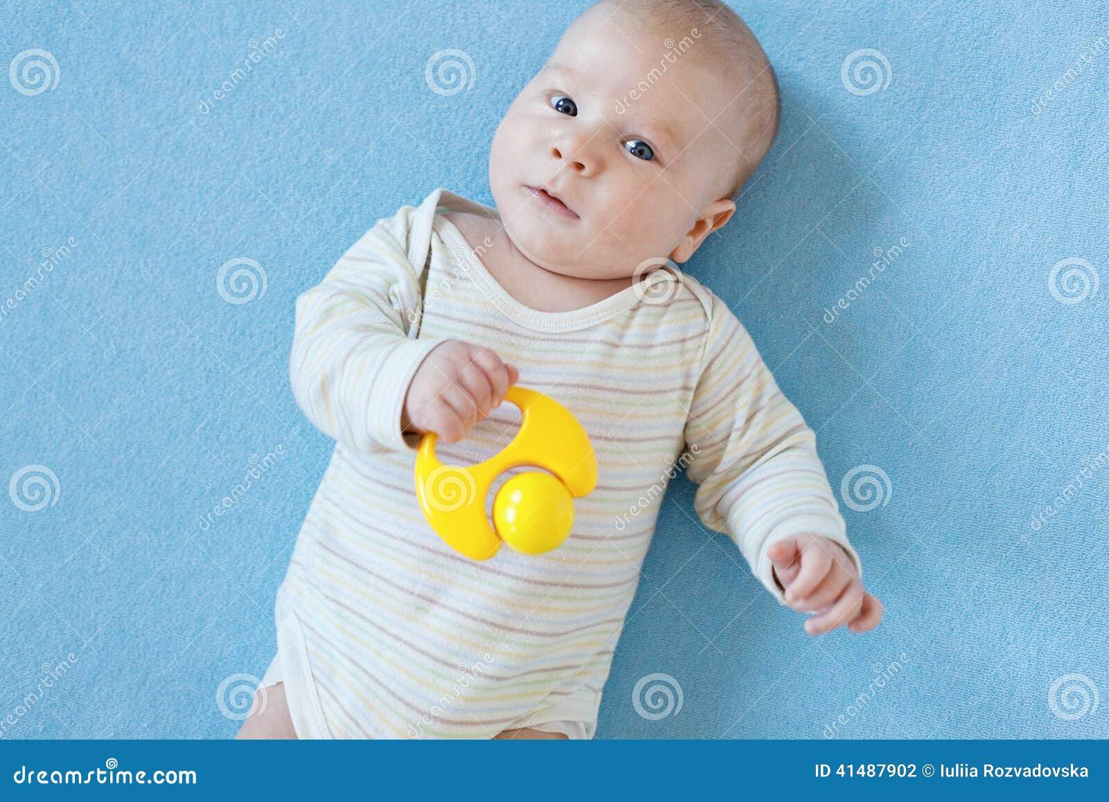 O bebê está jogando com brinquedos educacionais