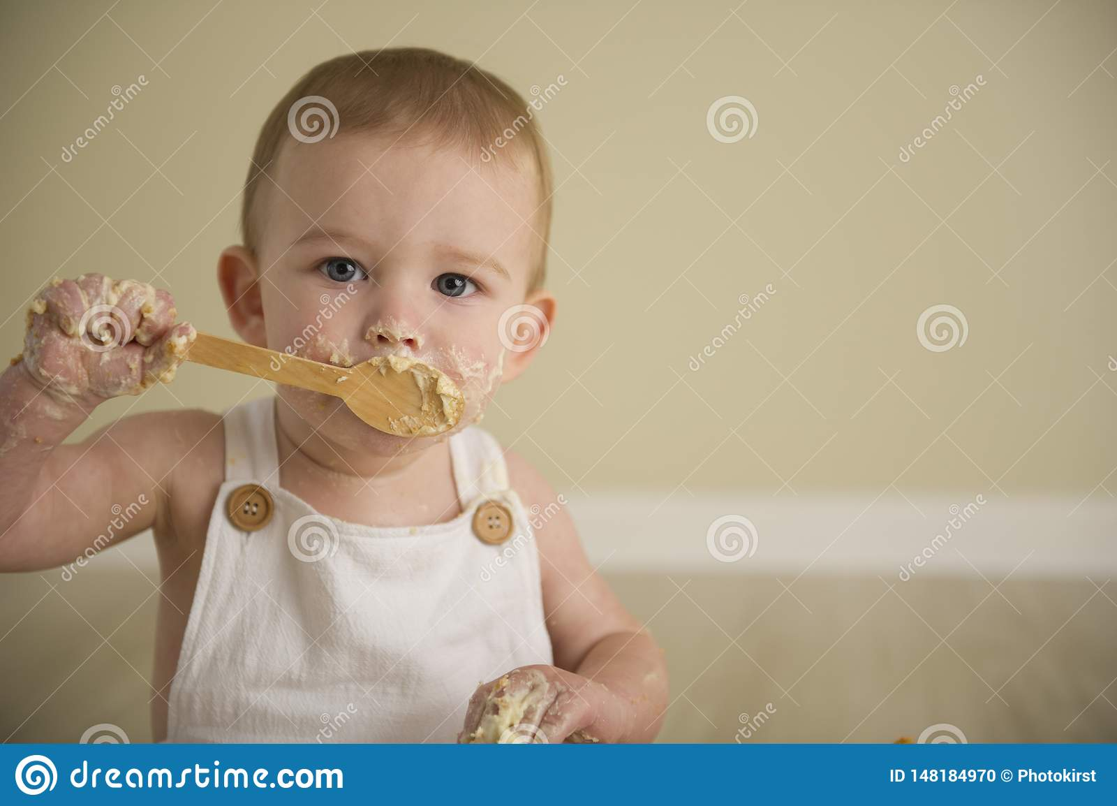 O beb? eyed azul feliz lindo em tons neutros gerencie um