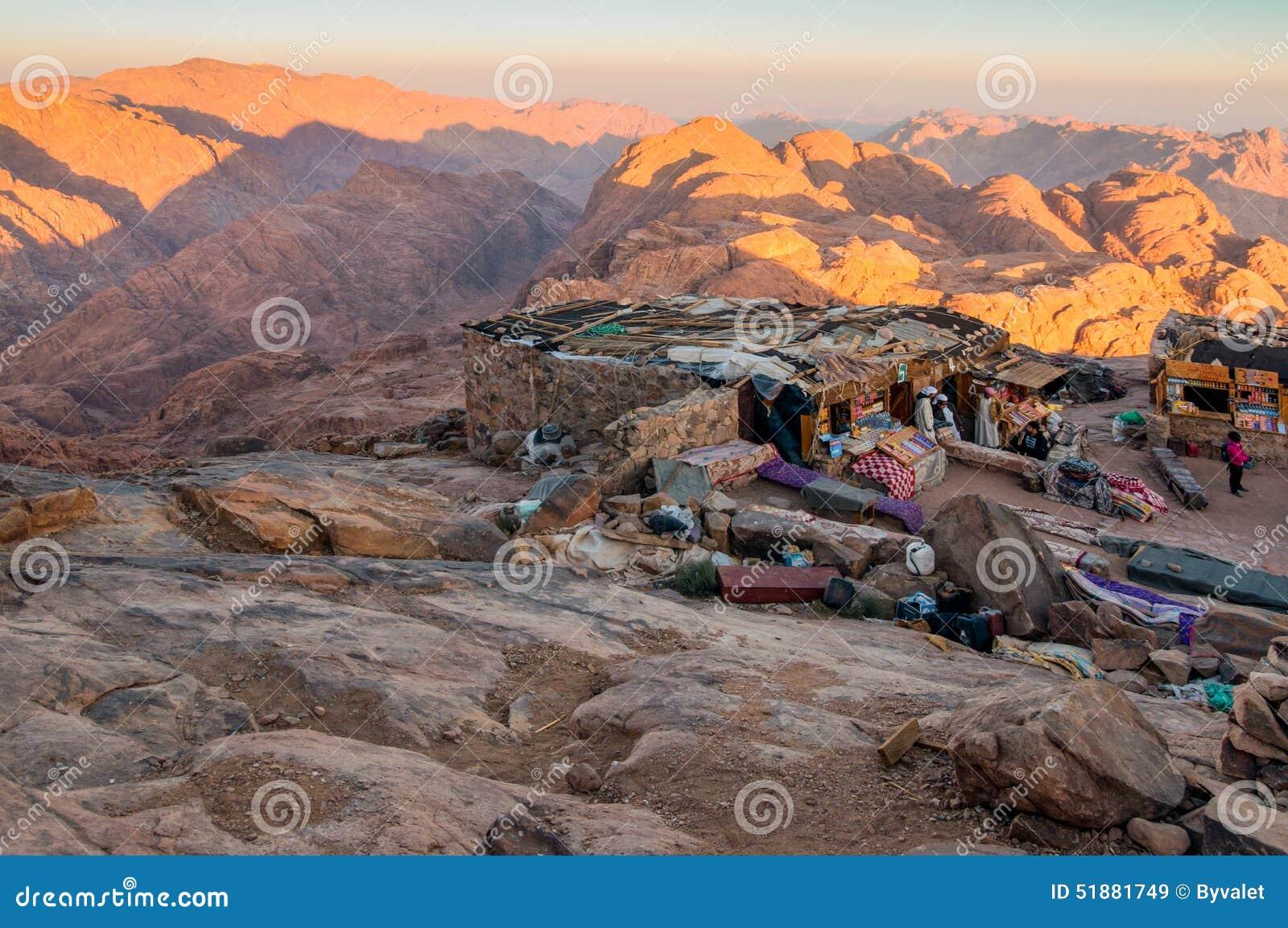 O beduíno árabe compra no monte Sinai santamente, Egito