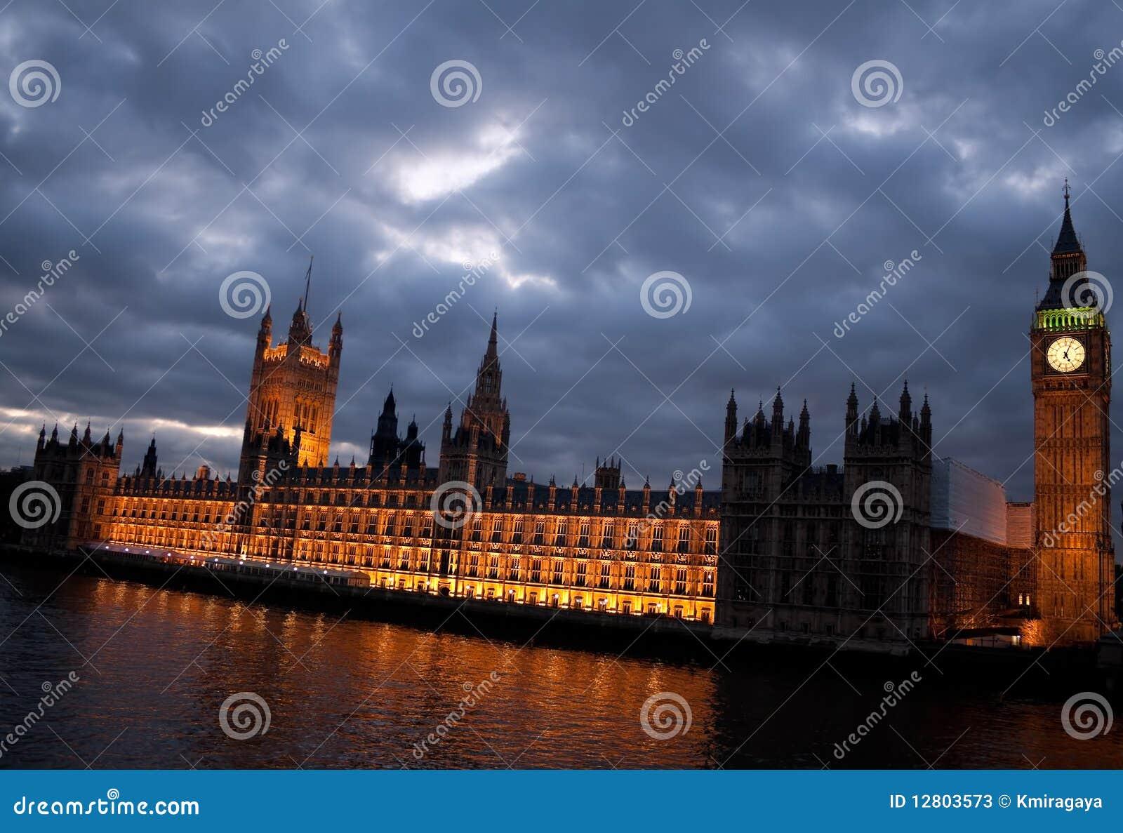 O Ben grande e as casas do parlamento no crepúsculo