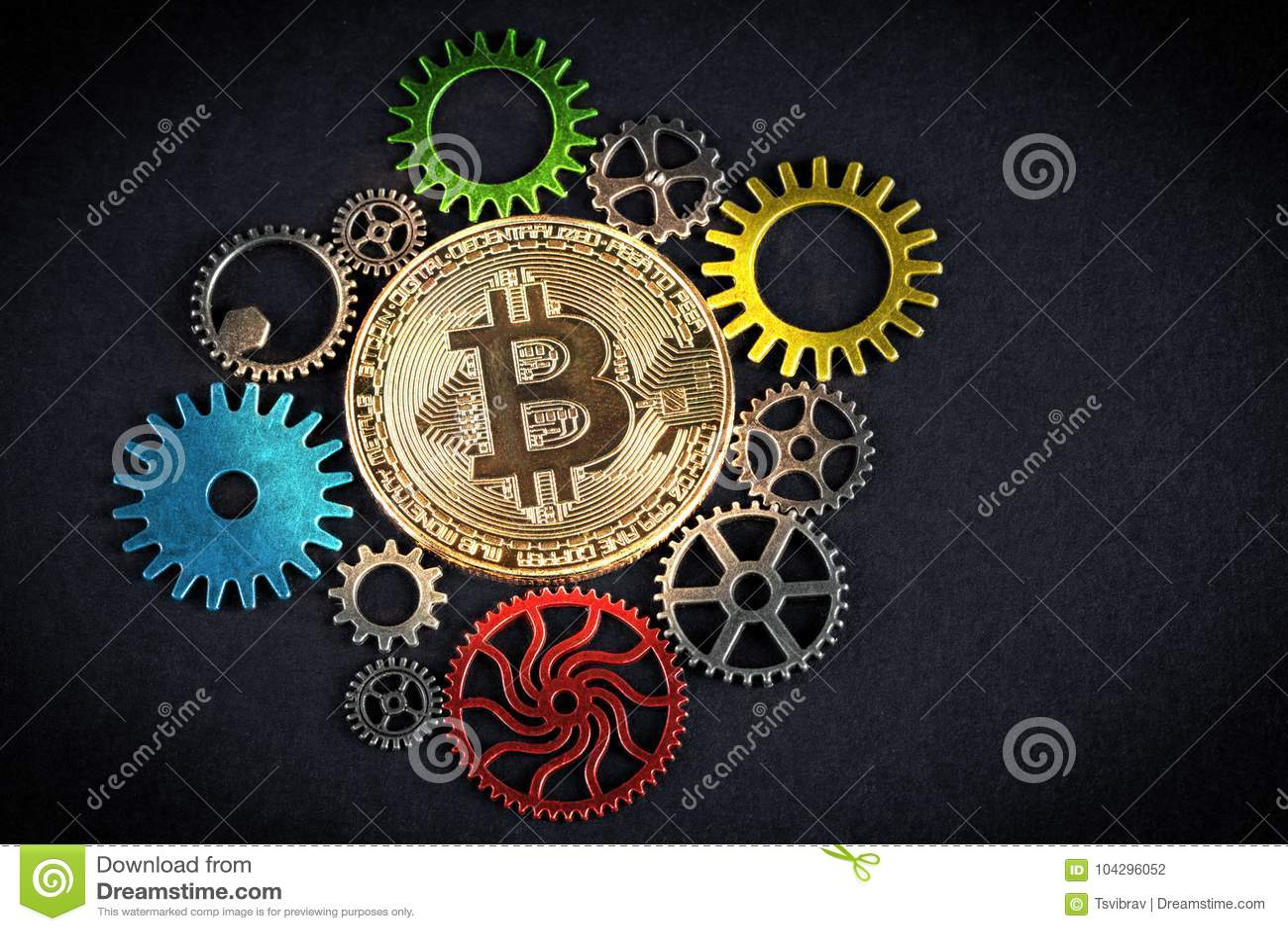 O bitcoin dourado que incandesce entre a roda denteada colorida roda no fundo preto com espaço da cópia Cryptocurrency é o futuro
