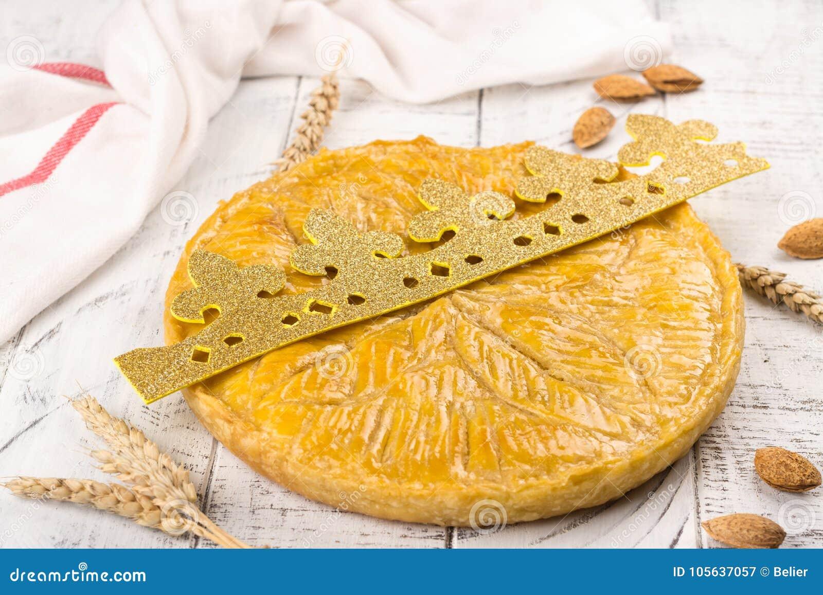 O bolo caseiro do DES Rois de Galette com reis feitos a mão coroa Bolo francês tradicional do esmagamento com amêndoa à terra