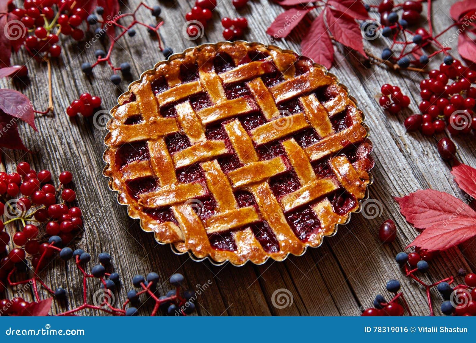 O bolo da galdéria da torta da framboesa da ação de graças cozeu o alimento da pastelaria na tabela rústica Decoração criativa da