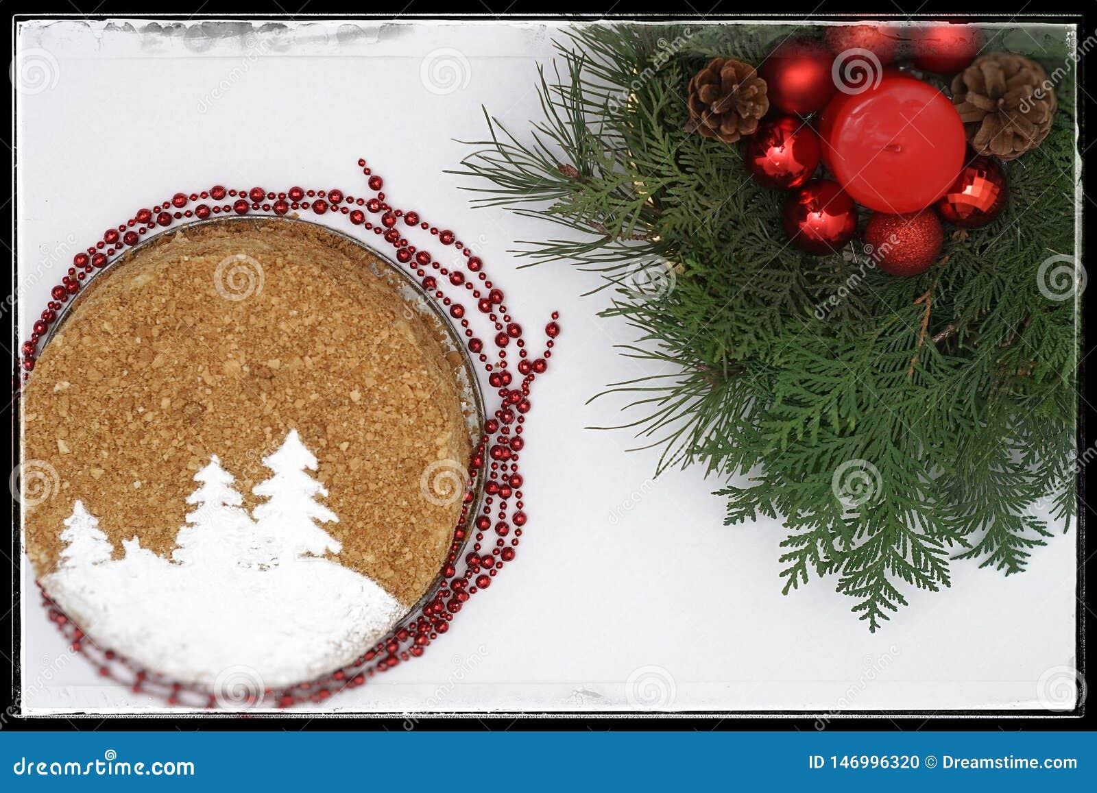 O bolo de ano novo com ramos de árvore do Natal
