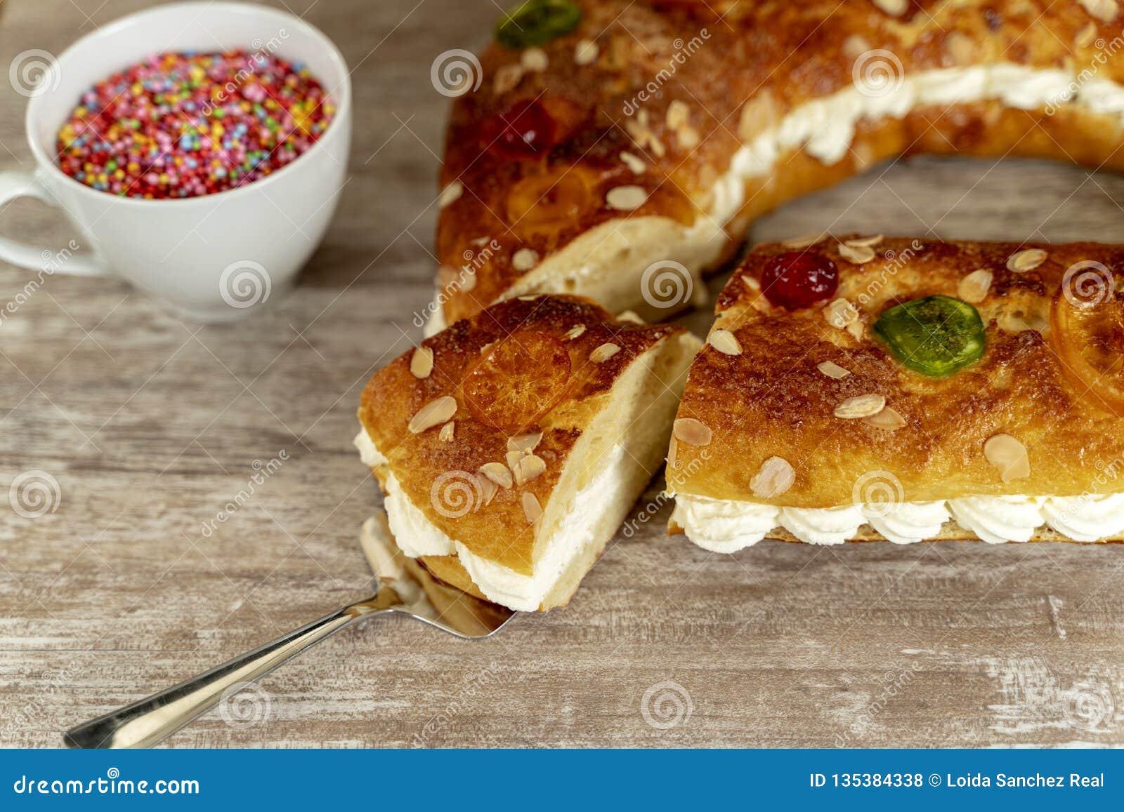 O bolo do rei fez à mão no forno, em uma base de madeira acolhedor