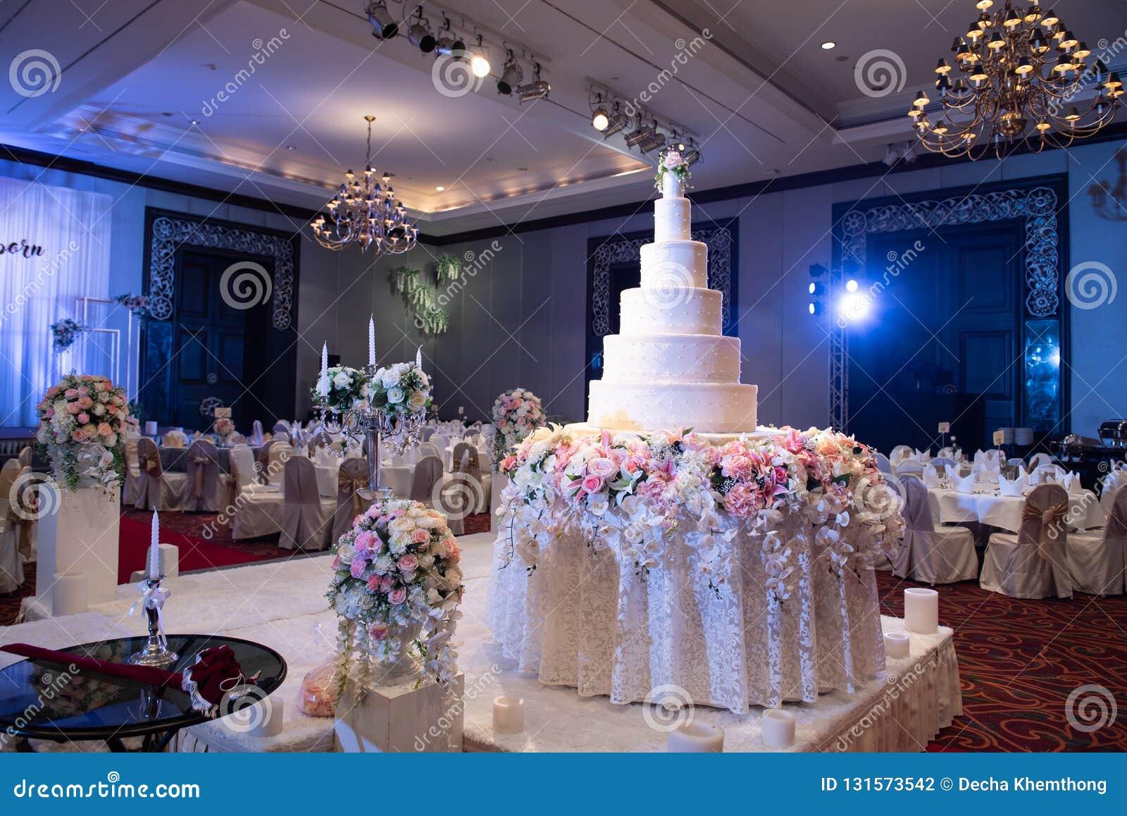 O bolo foi arranjado belamente para um casamento