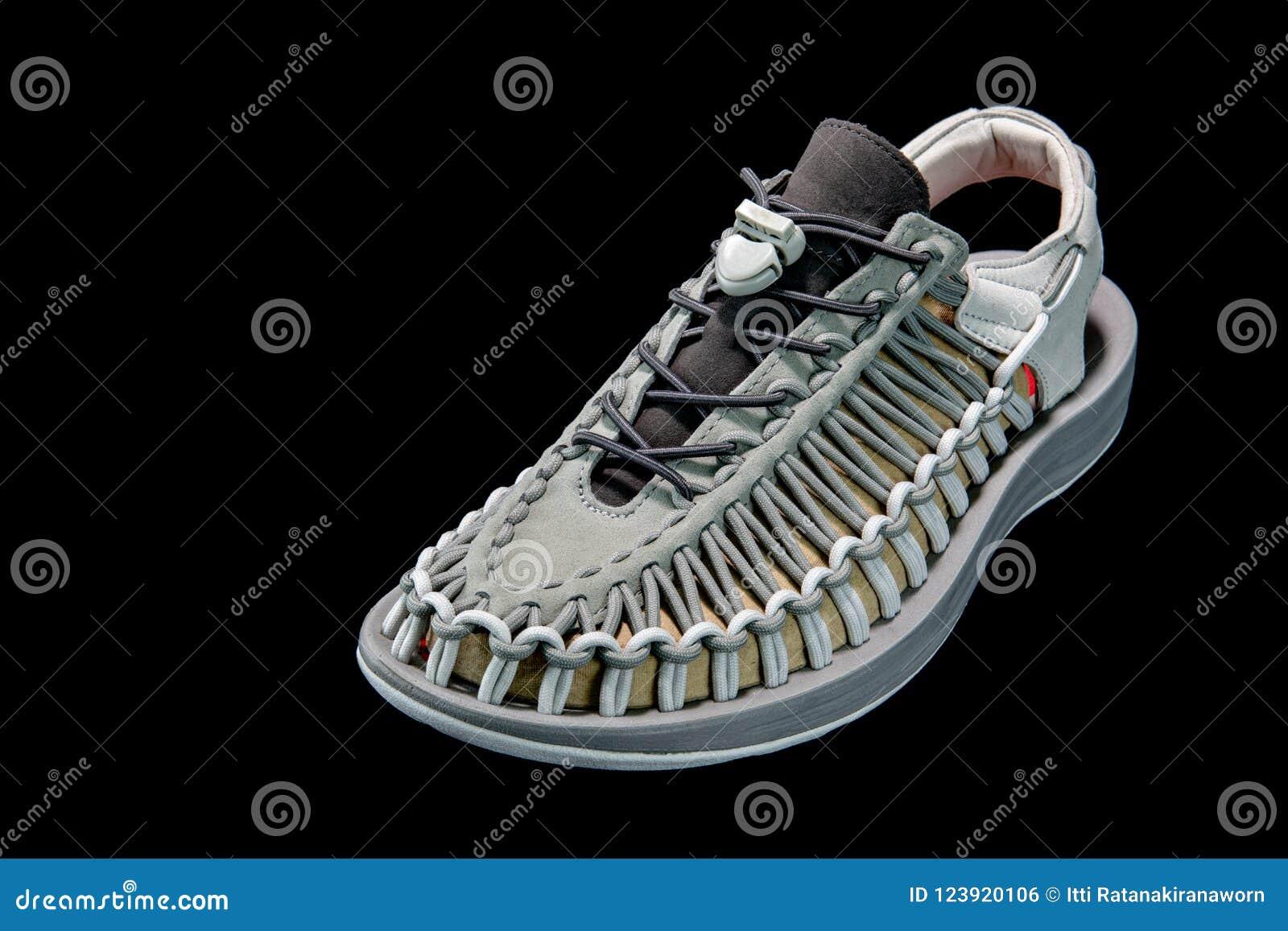 O ` bonito s dos homens e o ` s das mulheres formam a sandália ou as sapatas no CCB preto