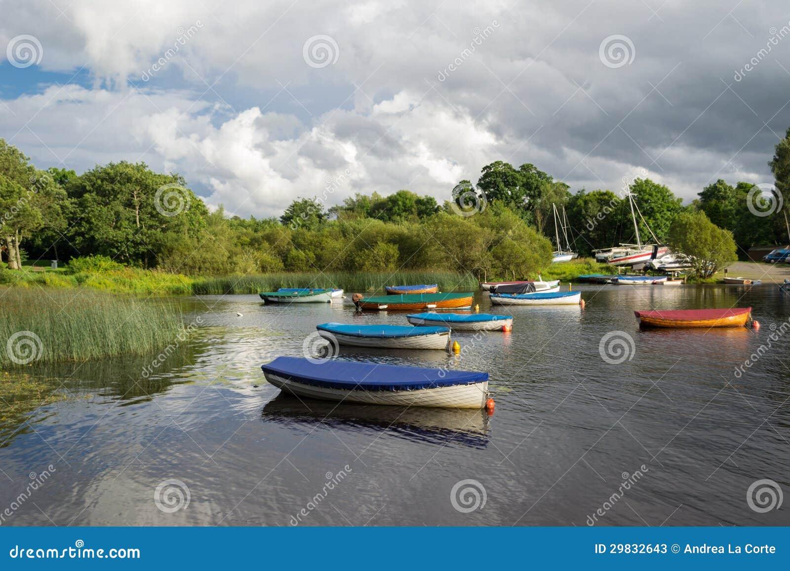 Os botes que amarram em um lago quieto
