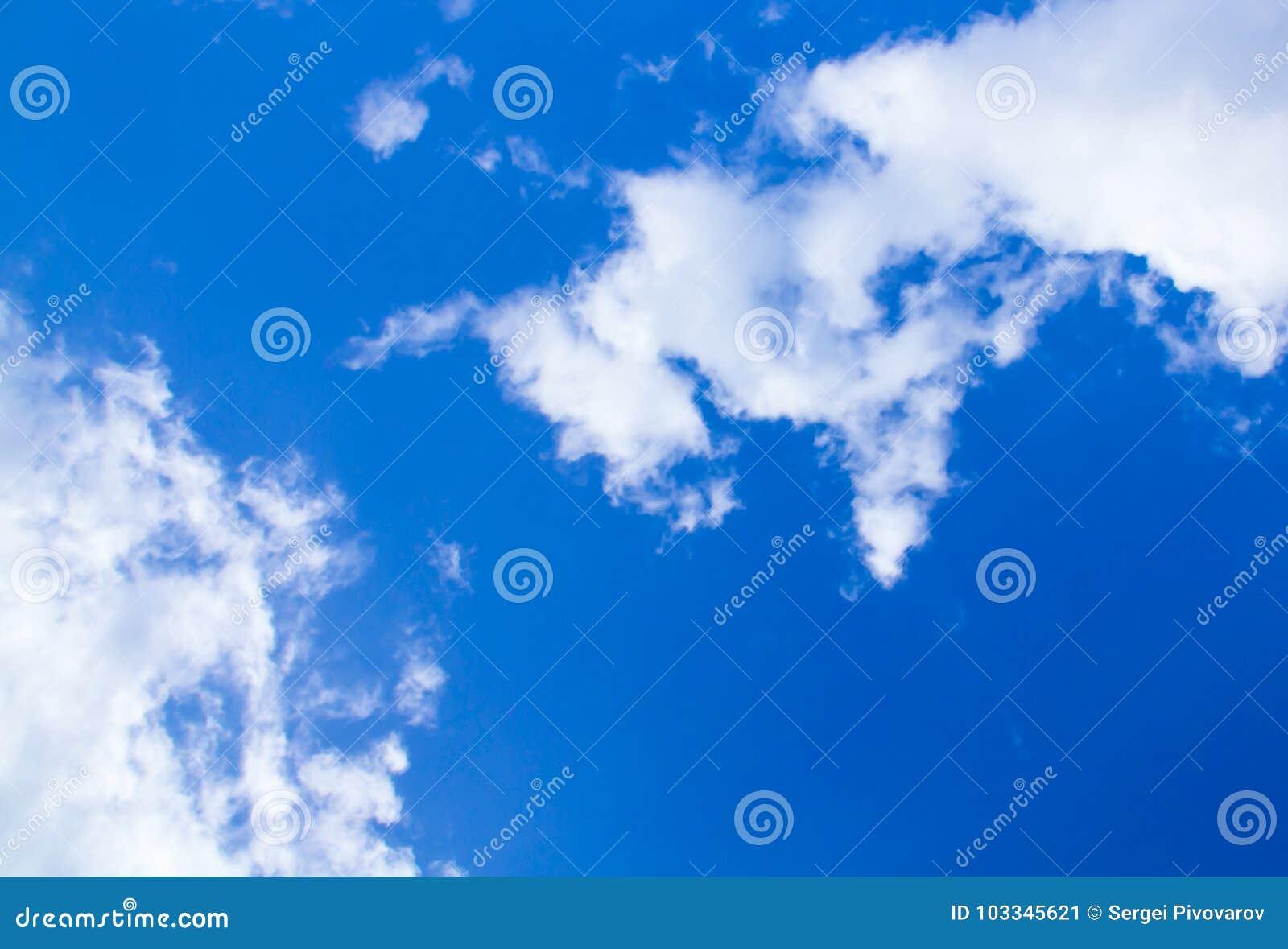 O branco do céu azul nubla-se o fundo natural Carcaça contratual da base da imagem da textura do índigo
