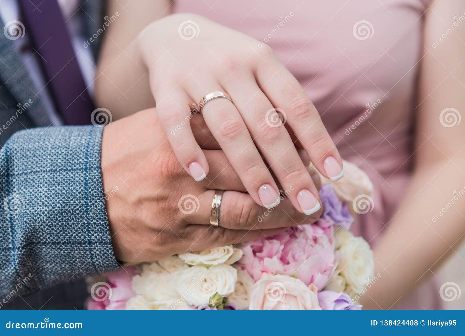 O bride& x27; ramalhete de s Soa recém-casados r Entrega o recém-casado