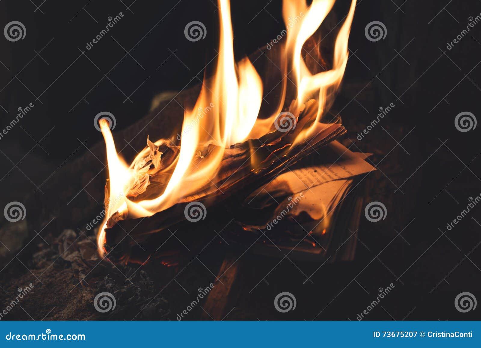 O burning de livro nas chamas, memórias velhas desapareceu para sempre