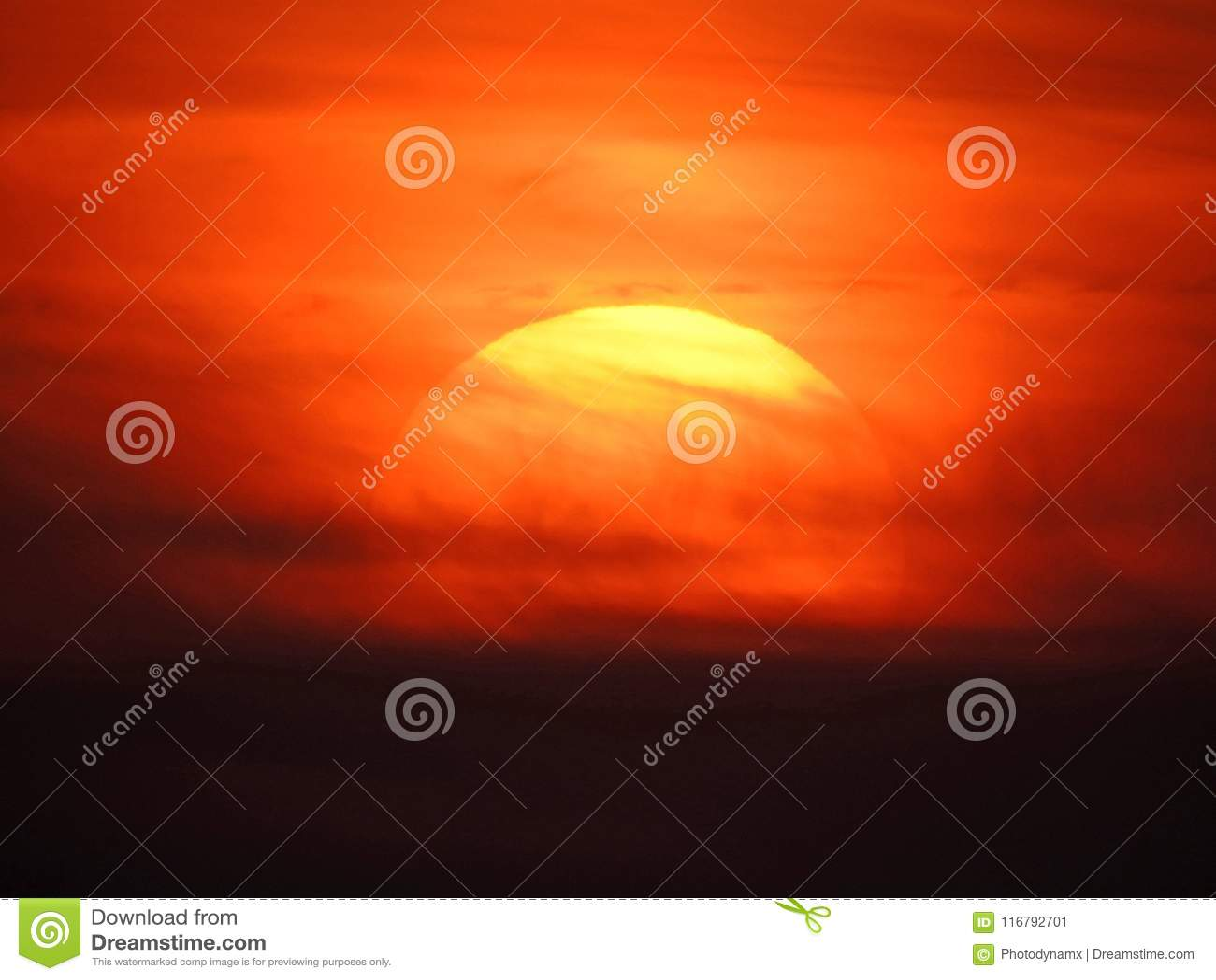 O céu da pintura do watercolour do por do sol nubla-se a arte
