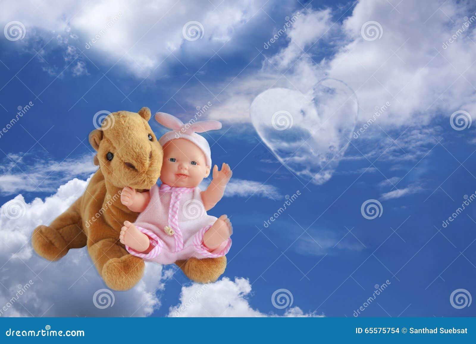 O céu do fundo nubla-se a natureza de bicho de pelúcia bonito da criança