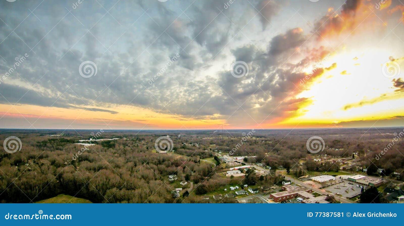O céu e o por do sol das nuvens ajardinam sobre york South Carolina