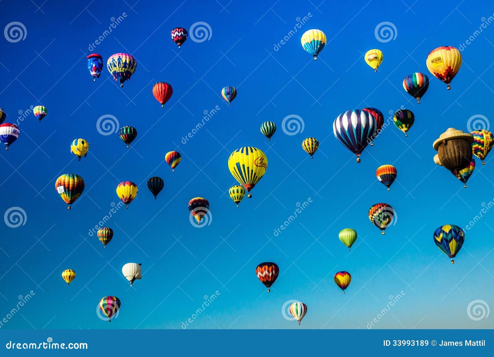 O céu está vivo com balões