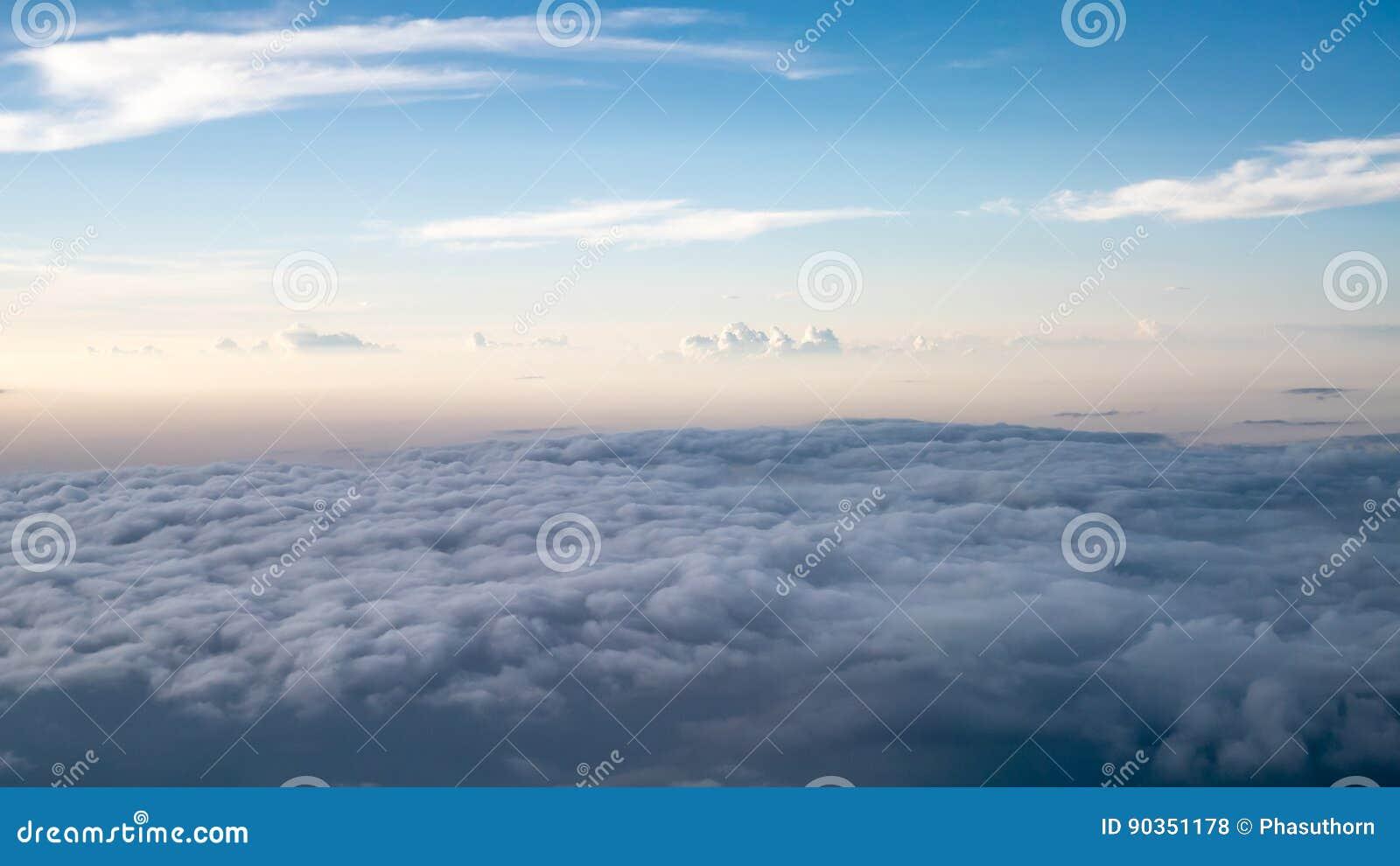 O céu nebuloso e azul bonito cedo dentro na noite