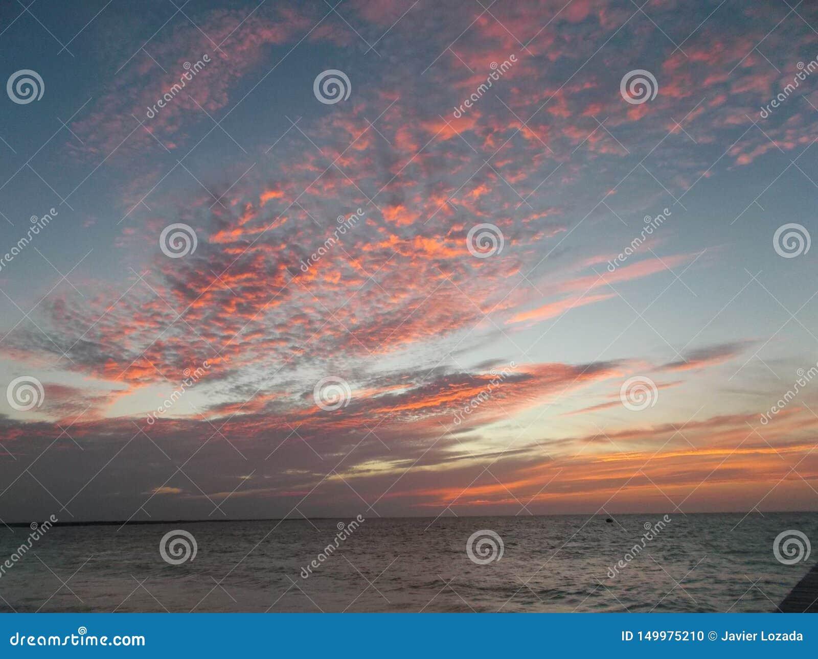 O céu vermelho bonito no por do sol