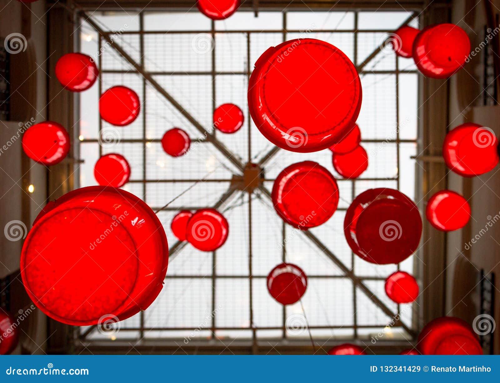 O círculo vermelho deu forma a lanternas