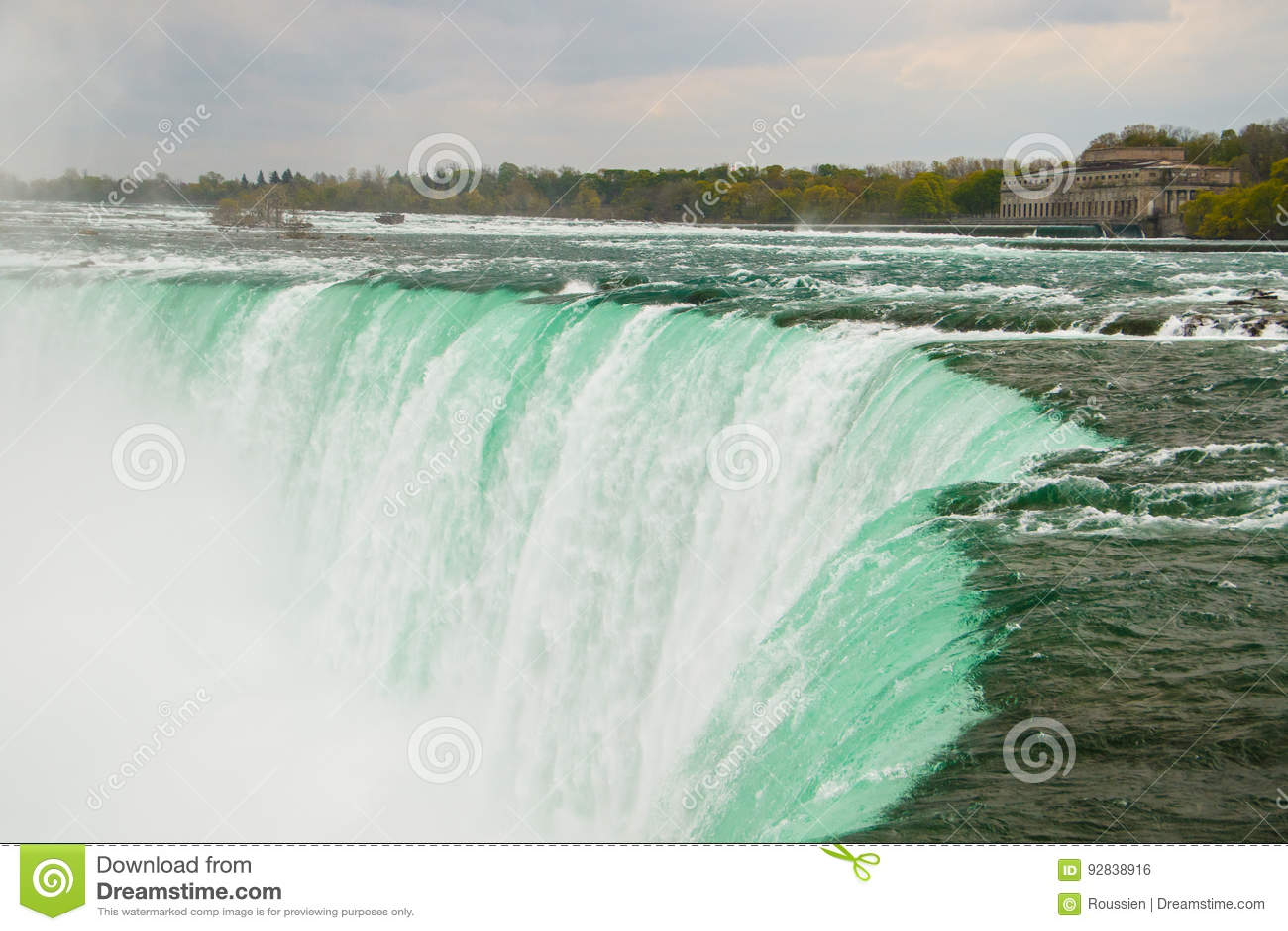 O córrego poderoso da água em Niagara Falls, Canadá
