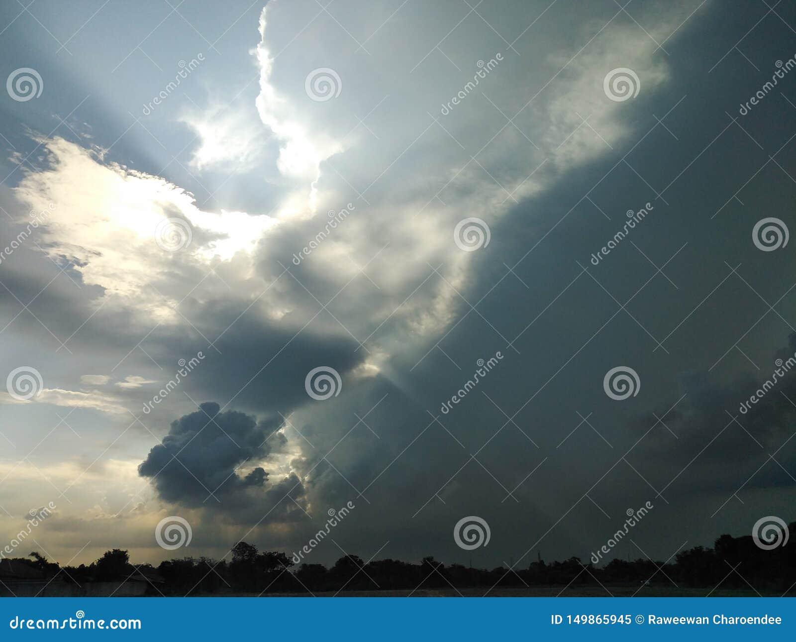O c?u est? completo das nuvens