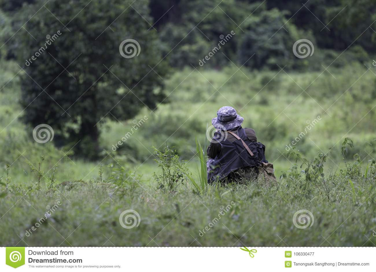 O caçador ao descansar e ao procurar o animal