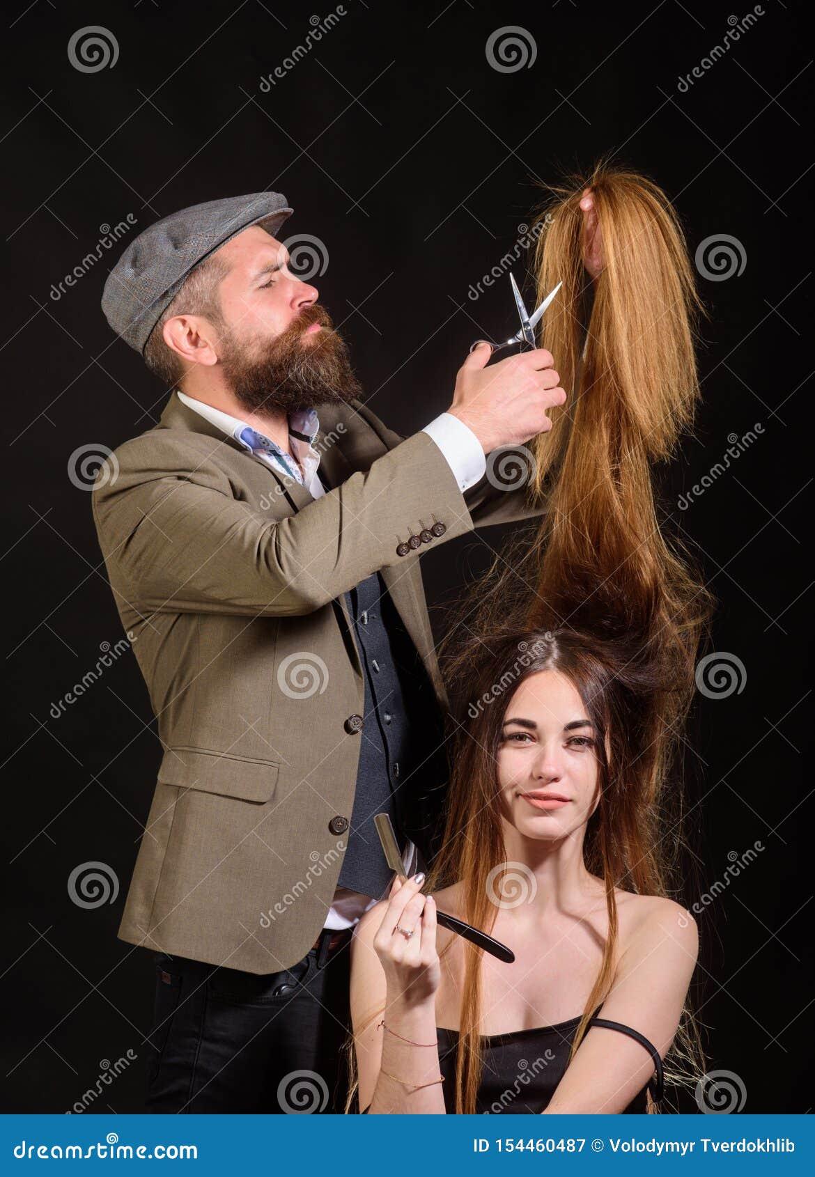 O cabeleireiro faz a penteado uma mulher com cabelo longo Retrato do modelo à moda da mulher O cabeleireiro mestre faz o penteado