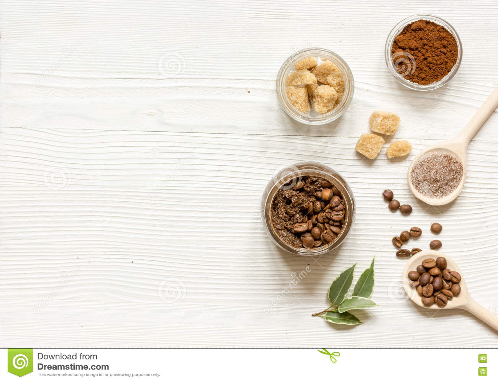 O café-açúcar caseiro esfrega o fundo de madeira da vista superior