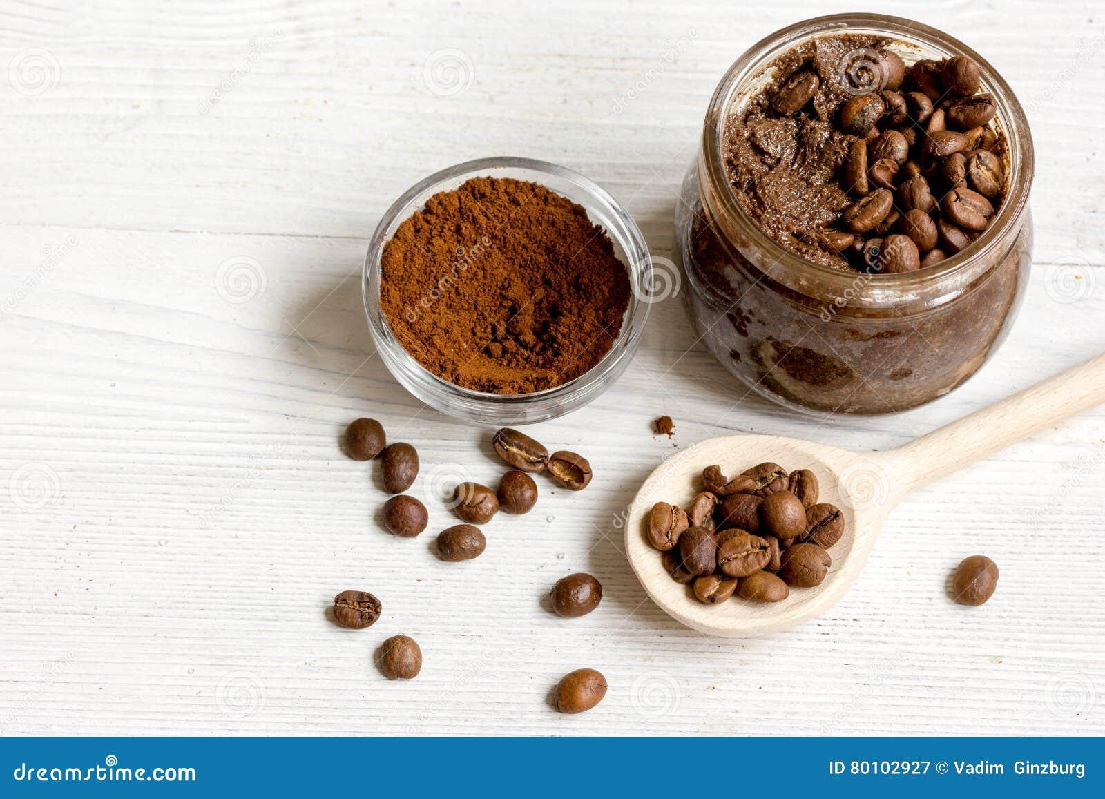 O café-cacau feito a mão esfrega no fim de madeira do fundo acima