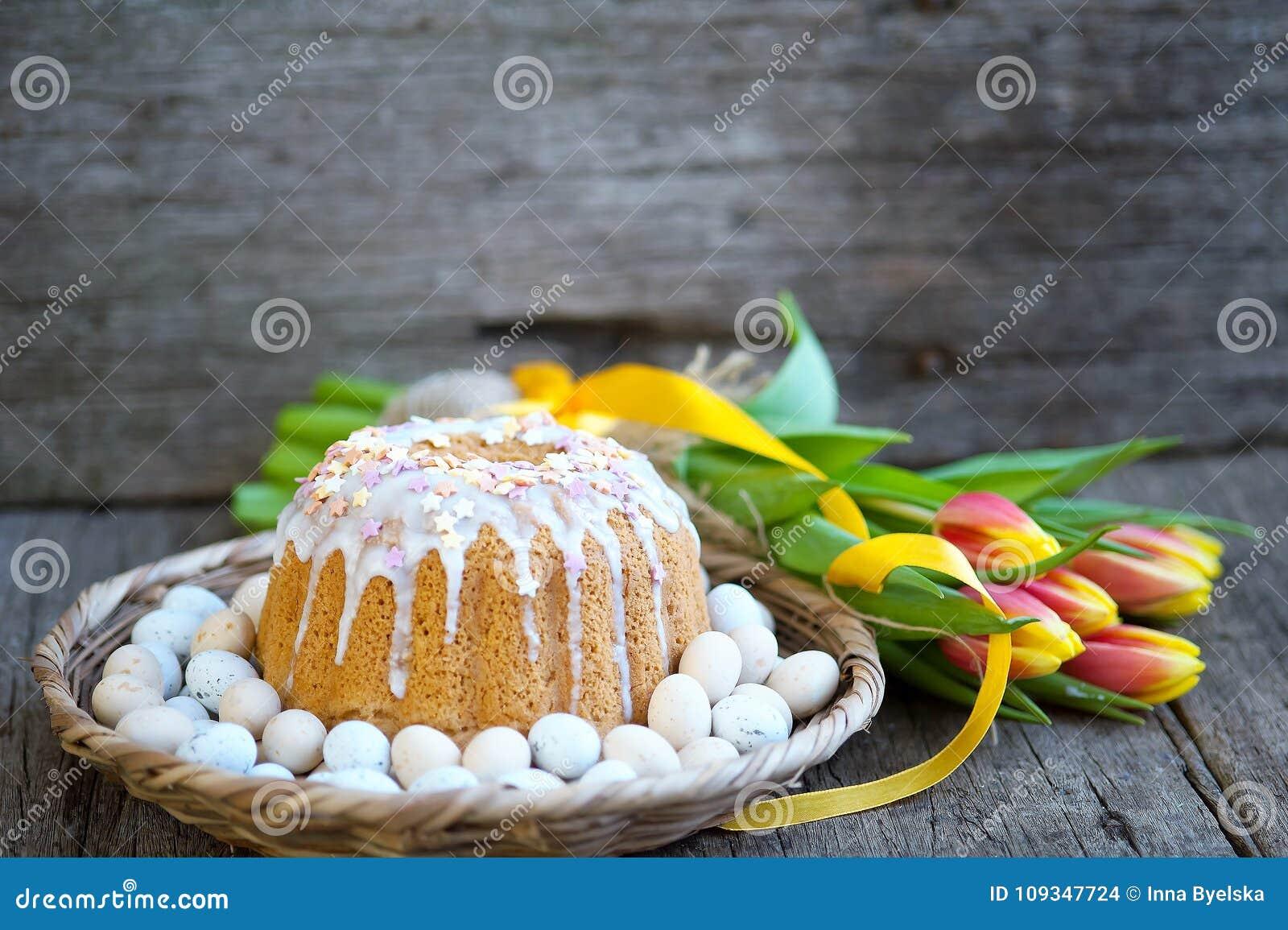 O café da manhã da Páscoa, chá alto, ajuste da tabela para jantares festivos, fez malha a toalha de mesa