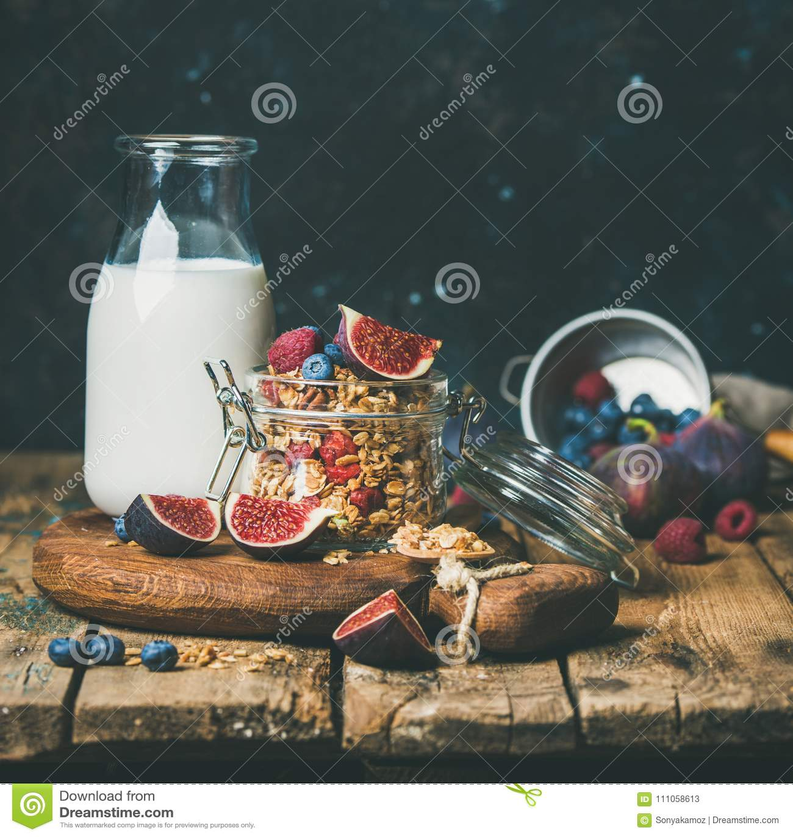 O café da manhã saudável com granola da farinha de aveia e a amêndoa ordenham, colheita quadrada