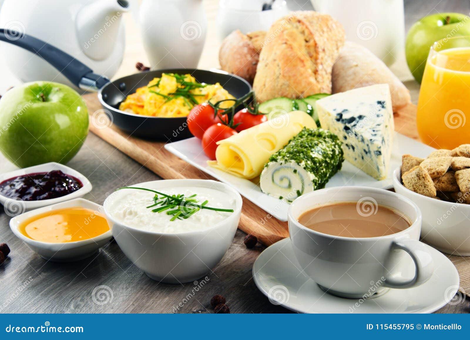 O café da manhã serviu com café, queijo, cereais e ovos mexidos