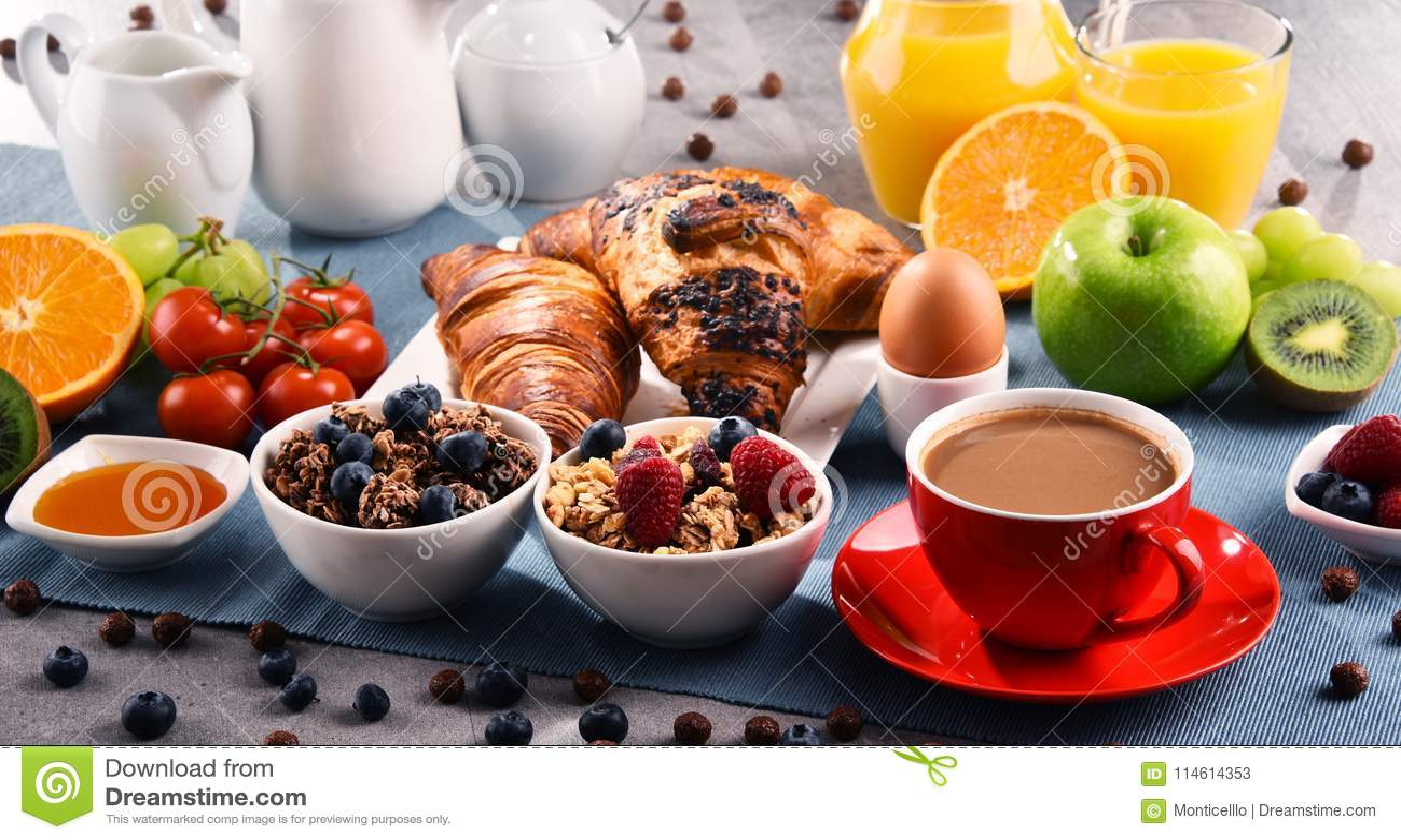 O café da manhã serviu com café, suco, croissant e frutos