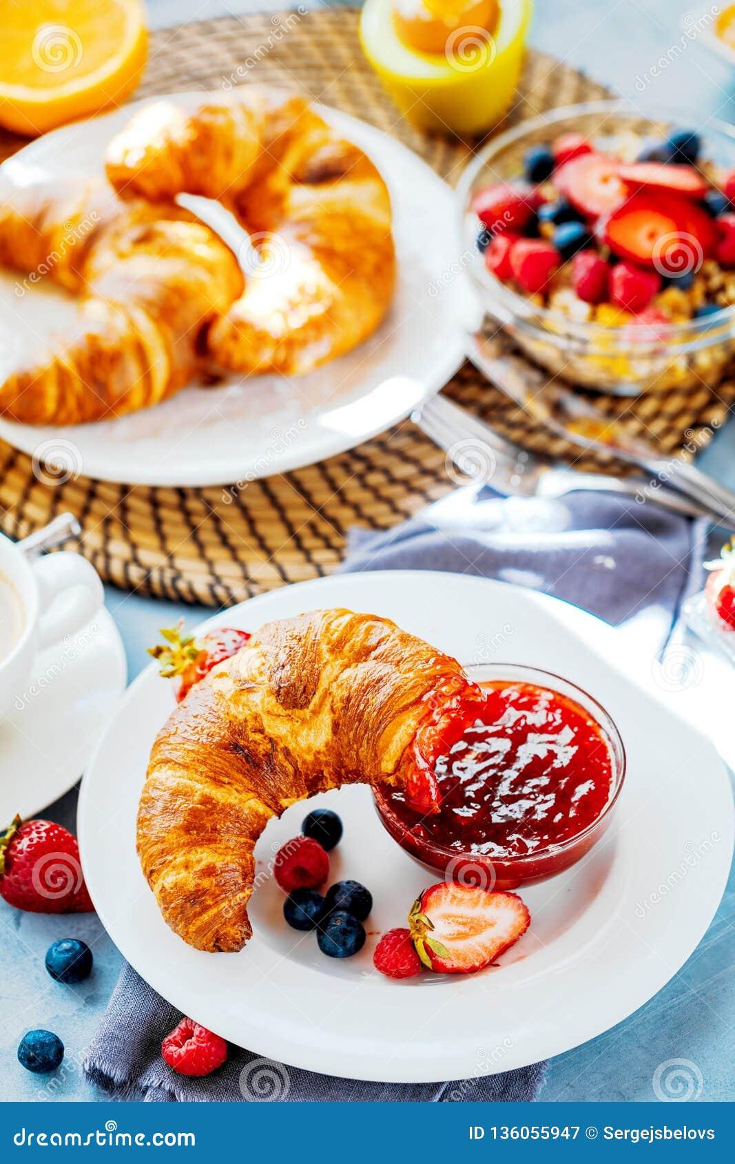 O café da manhã serviu com café, suco de laranja, croissant, cereais e frutos Dieta equilibrada