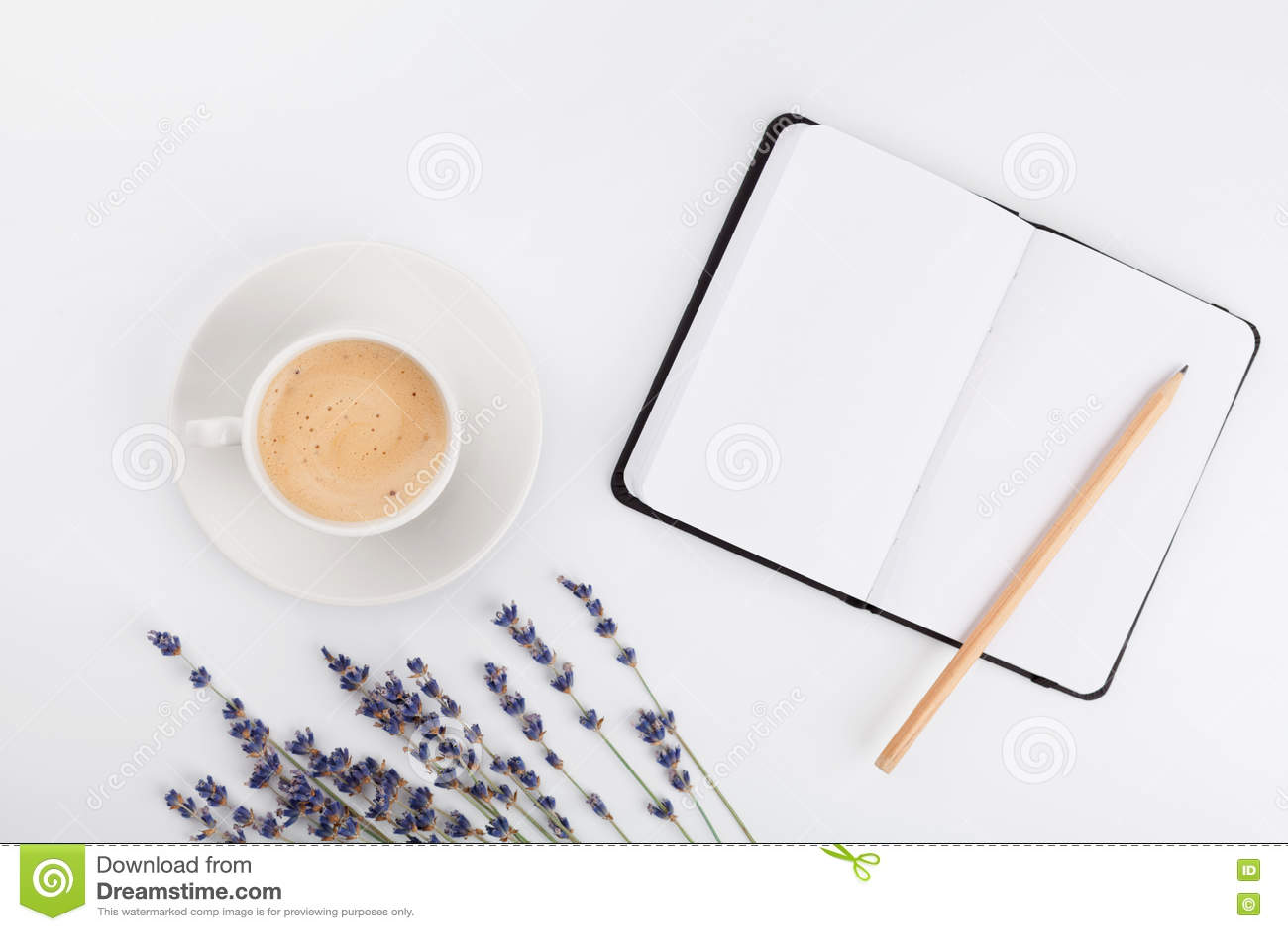 O café, o caderno limpo e a alfazema florescem na tabela branca de cima de Mesa de trabalho da mulher Modelo acolhedor do café da