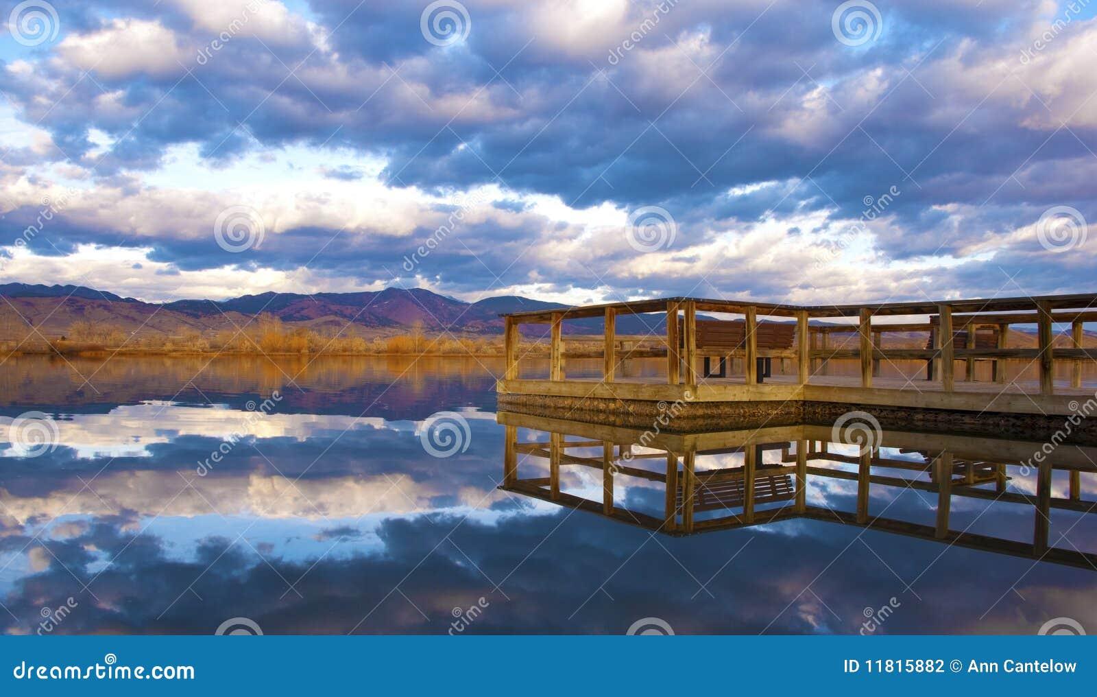 O cais alcanga em um lago tranquilo