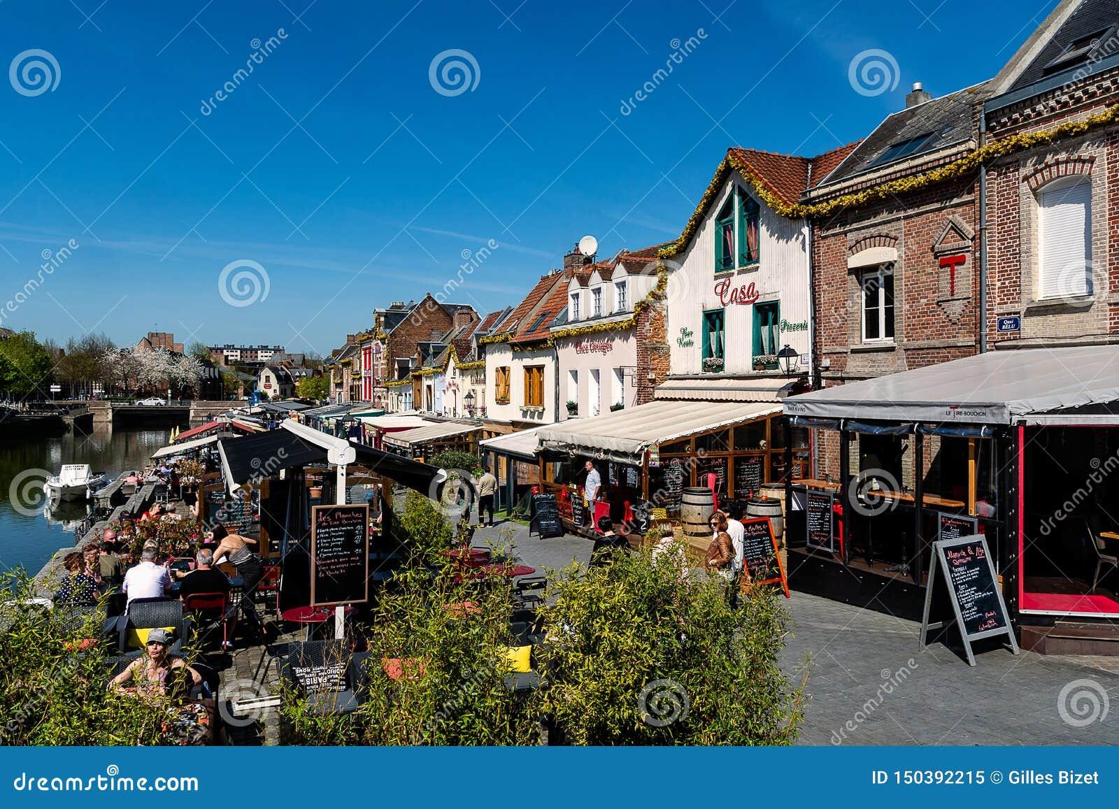 O cais dos restaurantes em Amiens em Fran?a