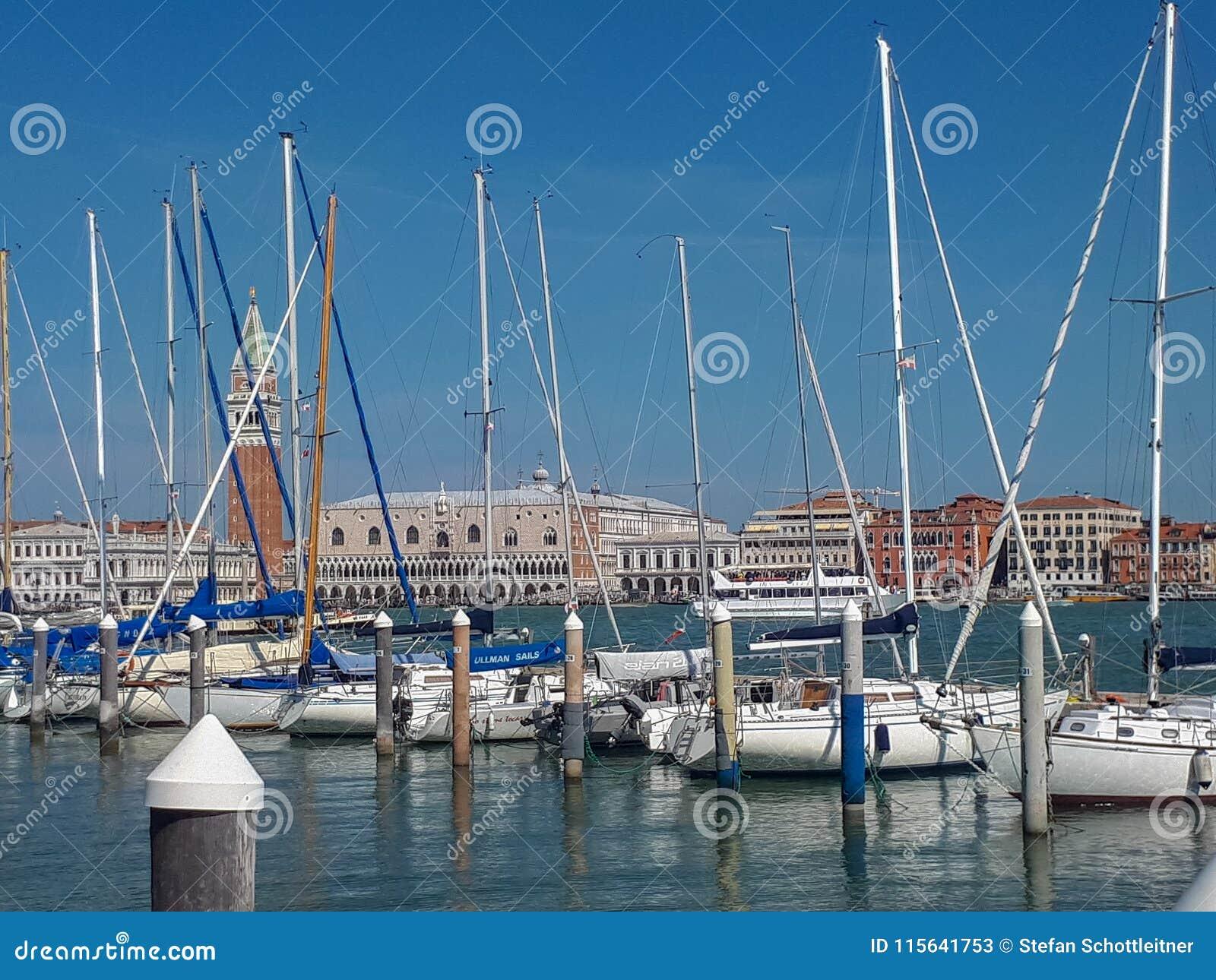 O cais em Veneza está completo