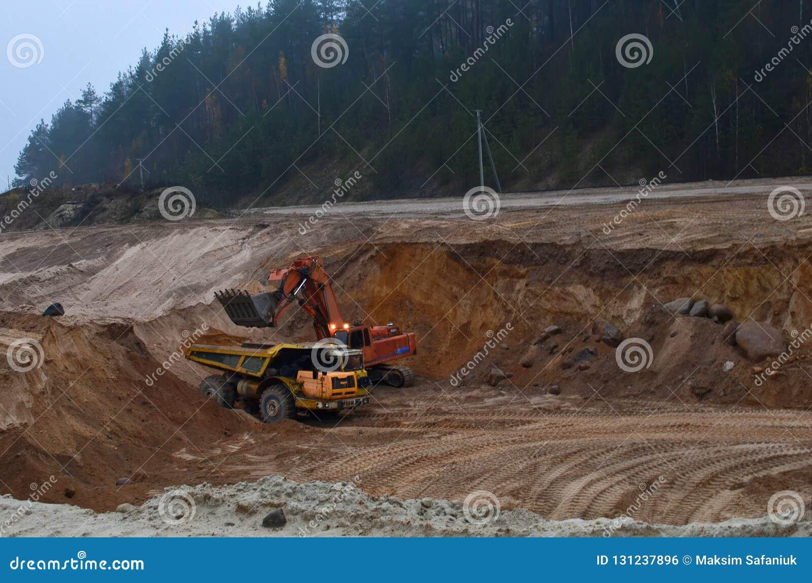 O caminhão basculante de mineração grande é maquinaria de mineração, ou equipamento de mineração para transportar a areia do aber