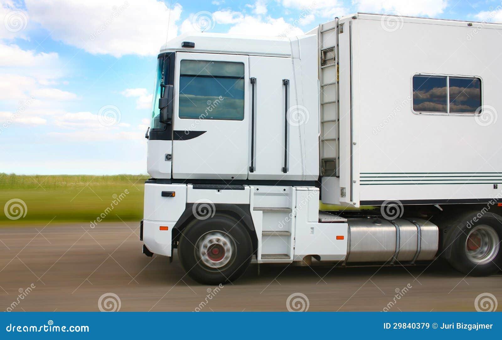 O caminhão branco vai na estrada secundária