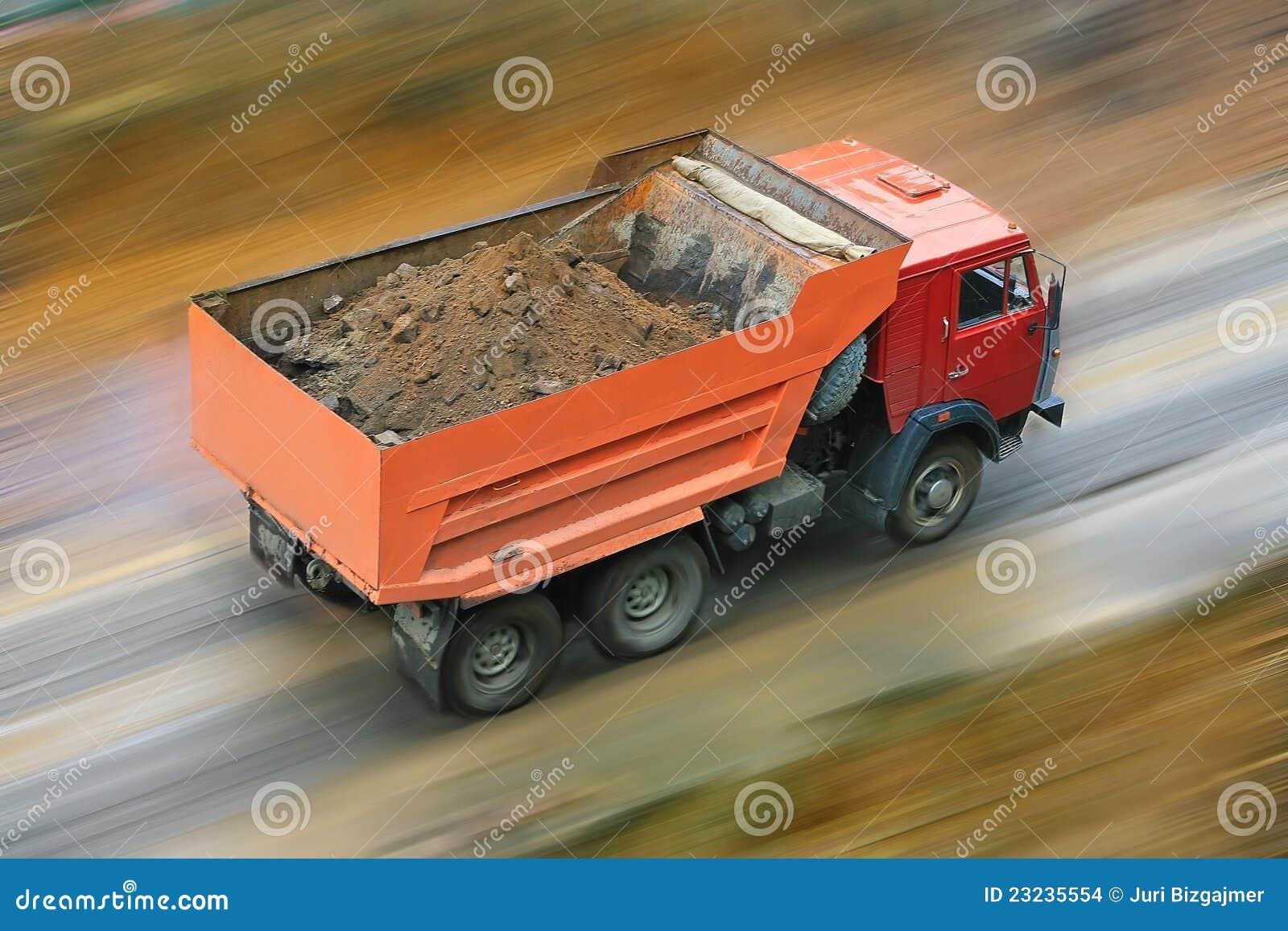 O caminhão de descarga vai na estrada