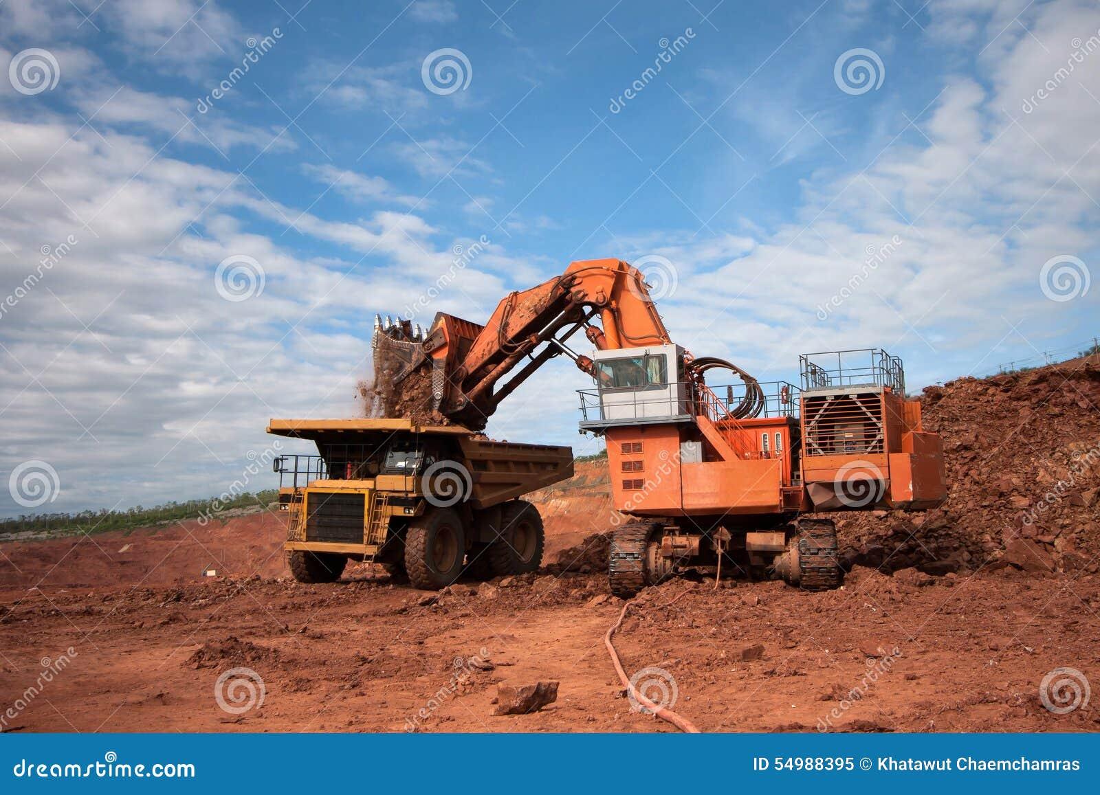 O caminhão está sendo carregado com o minério em um local da mina