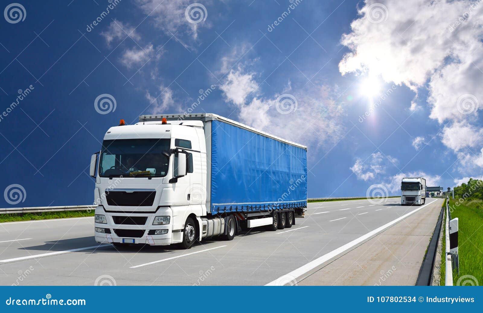 O caminhão transporta bens pela estrada - transporte e logística