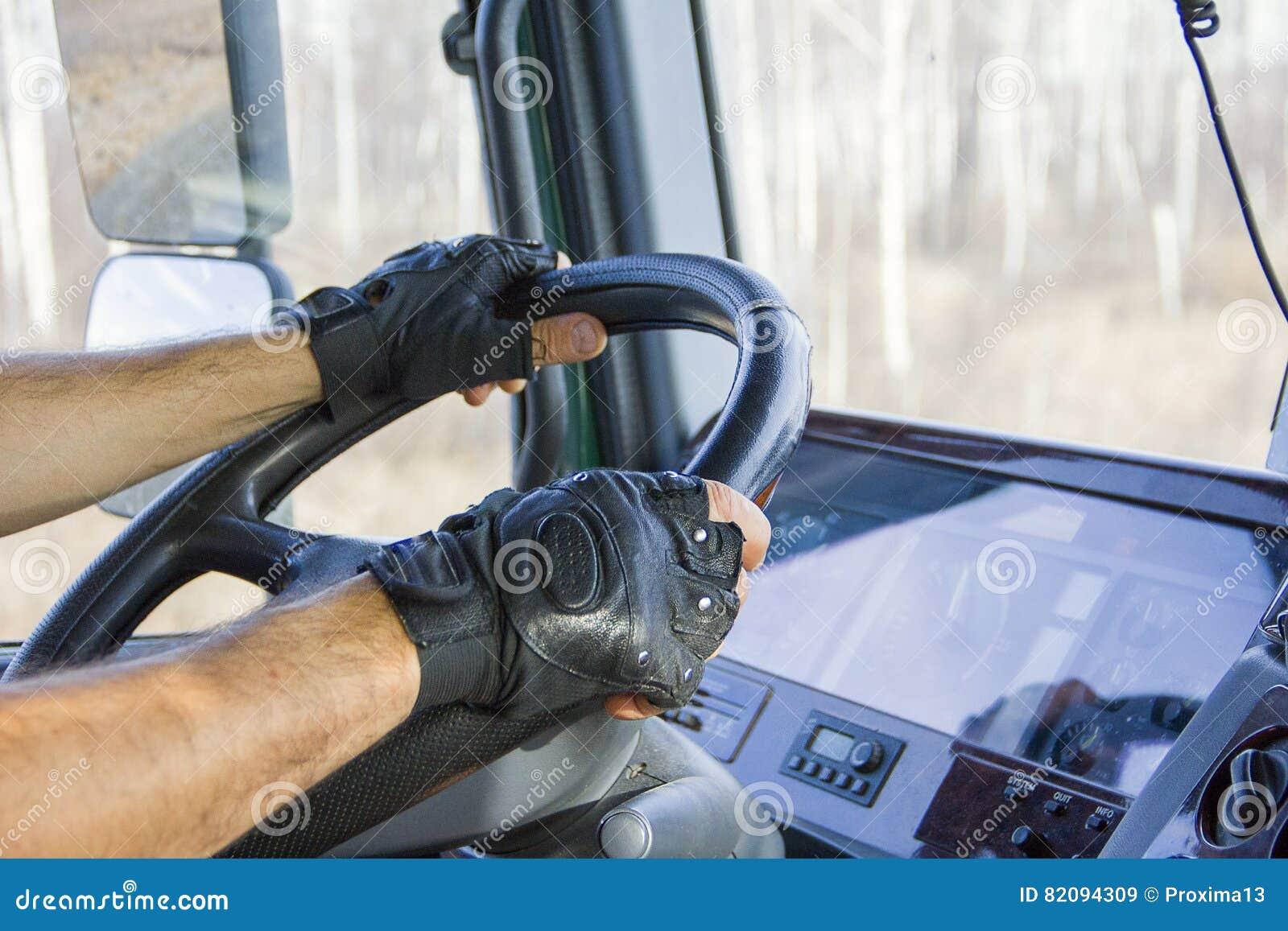 O camionista mantém a roda da movimentação com ambas as mãos